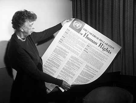 Mrs. Eleanor Roosevelt, moglie del presidente degli Stati Uniti, mostra la Dichiarazione in formato poster (1949)
